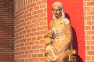 María sosteniendo a Jesús con sus manos